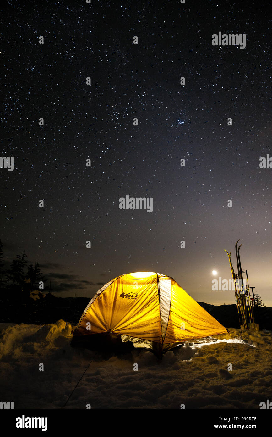 WA14514-00...WASHINGTON - Winter campsite on Suntop Mountain in the Baker-Snoqualmie National Forest. - Stock Image