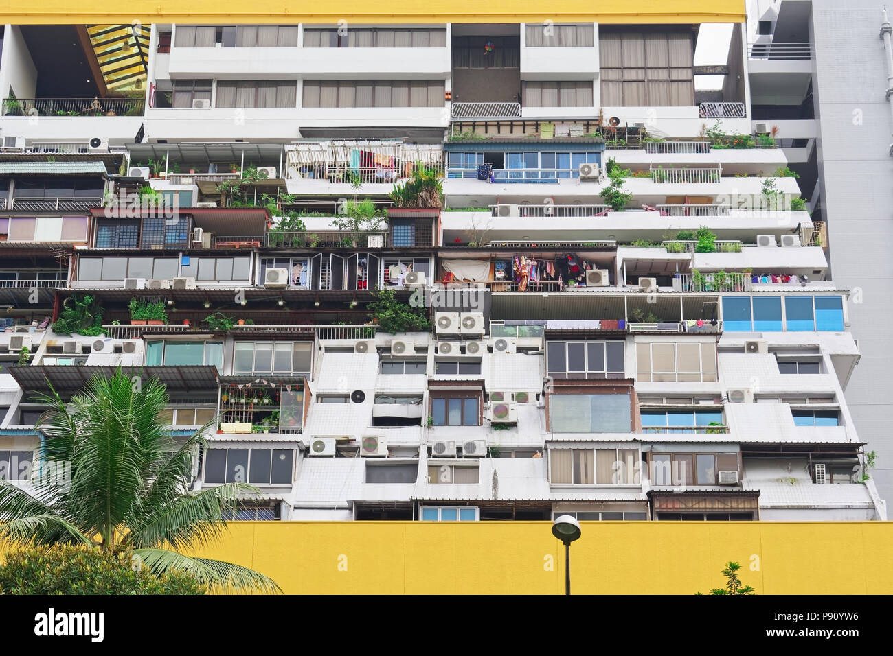 2018 Singapore. Golden Mile Complex residential units facing Nicoll Highway and the Kallang Basin. - Stock Image