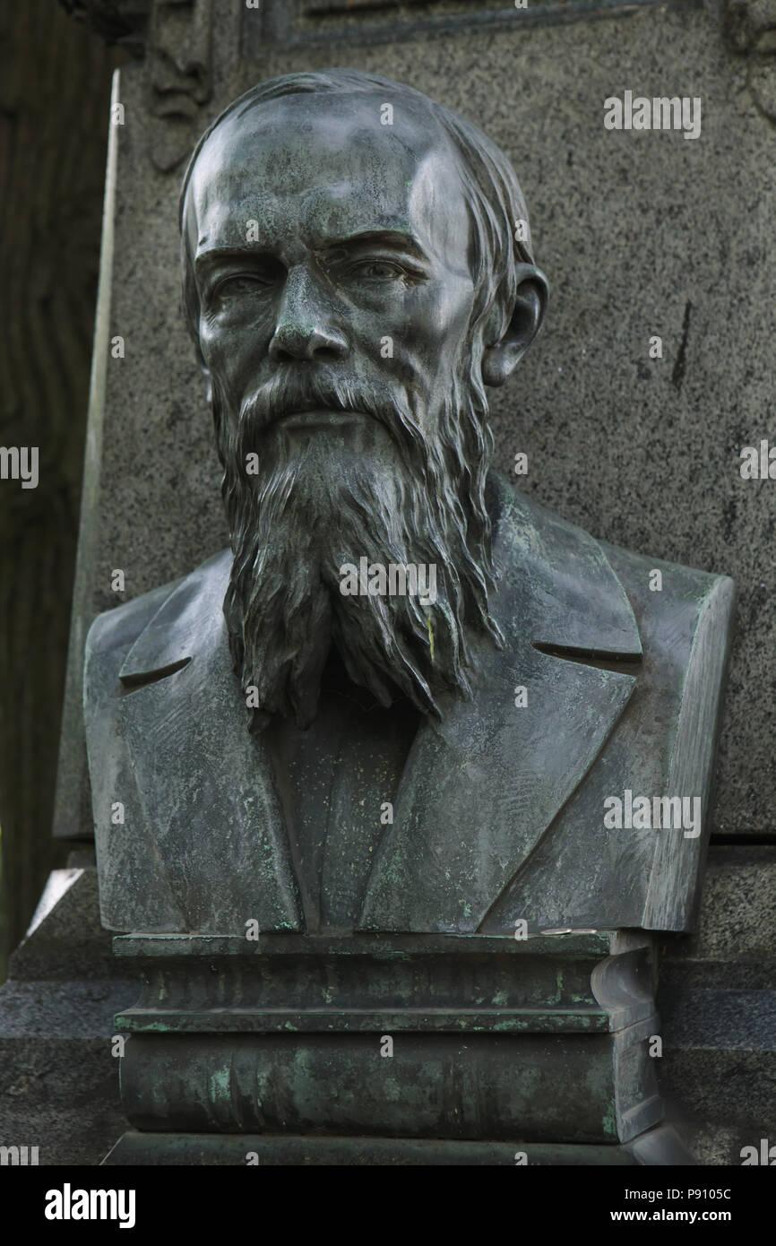 Bronze bust of Russian novelist Fyodor Dostoevsky on his grave at Tikhvinskoye Cemetery of the Alexander Nevsky Monastery in Saint Petersburg, Russia. - Stock Image