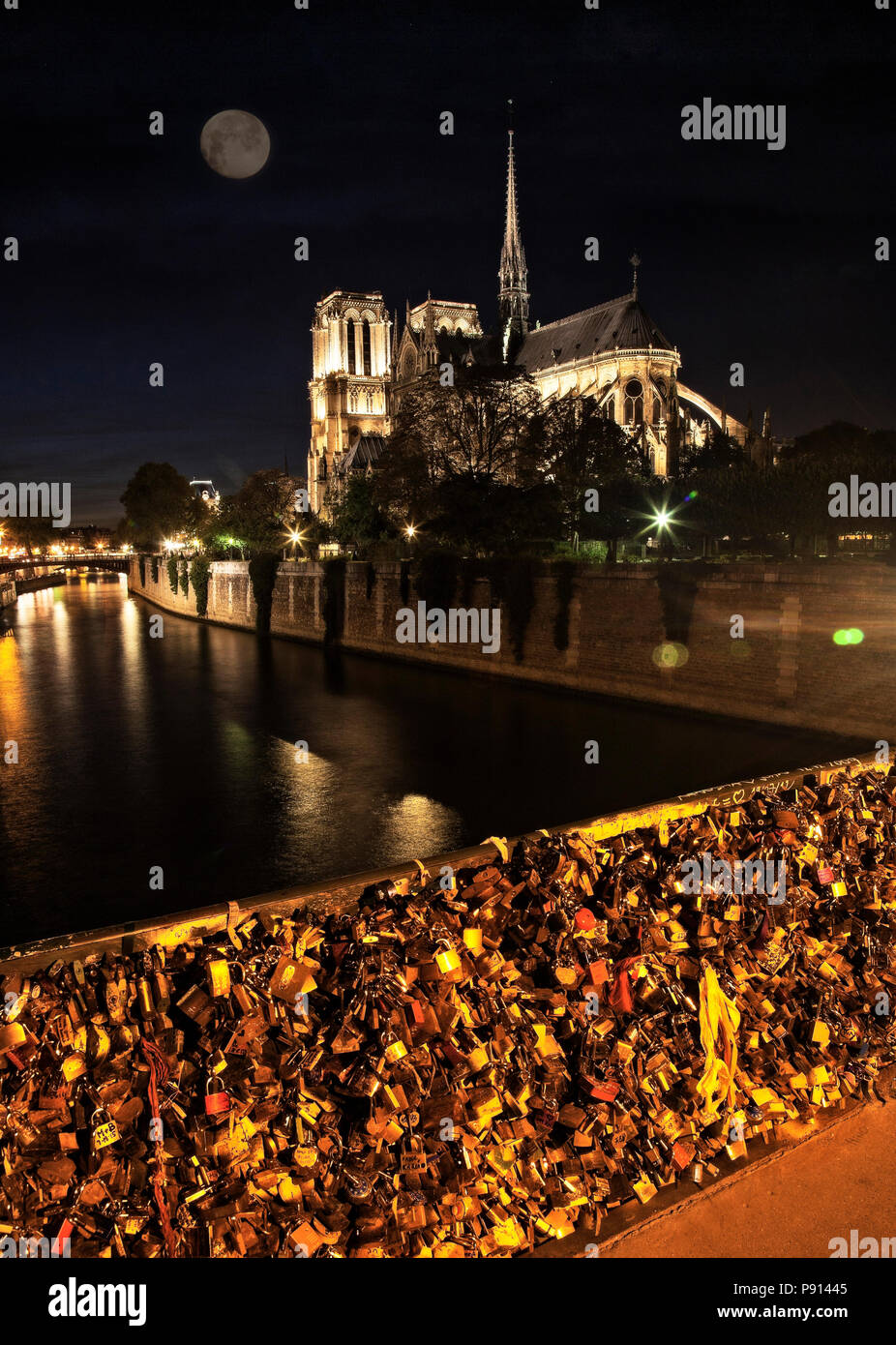 Notre Dame and the many locks on the Pont Archeveche.  Paris, France. - Stock Image