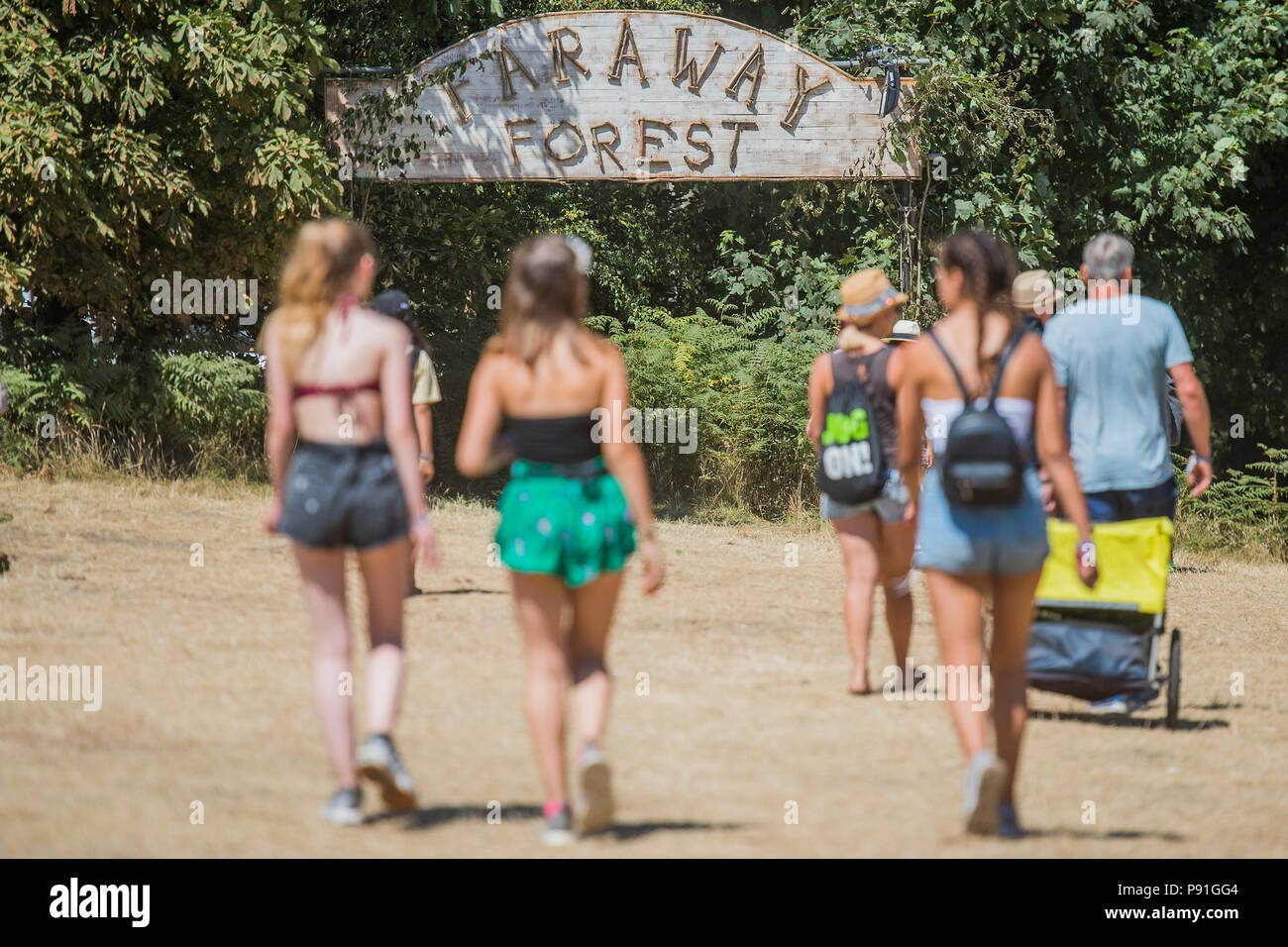 Suffolk, UK, 14 July 2018. People heading for the Faraway Forest - The 2018 Latitude Festival, Henham Park. Suffolk 14 July 2018 Credit: Guy Bell/Alamy Live News - Stock Image