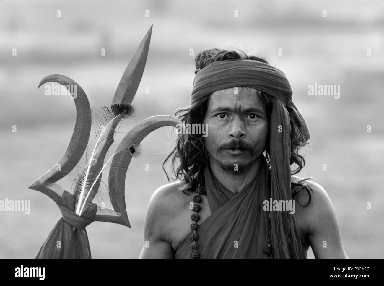 SHIVA worshipping HINDU SADDHU with TRIDENT at the PUSHKAR CAMEL FAIR, a 5 day religious festival - RAJASTHAN, INDIA - Stock Image