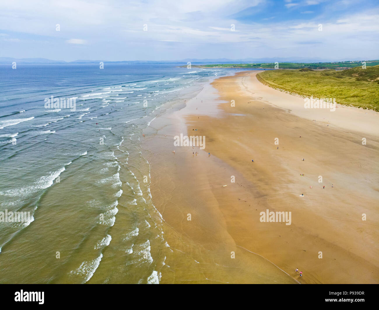 Spectacular Tullan Strand, one of Donegal's renowned surf beaches, framed by a scenic back drop provided by the Sligo-Leitrim Mountains. Wide flat san - Stock Image