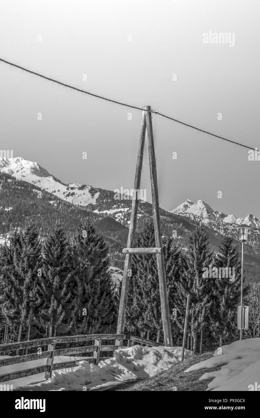 Leitung, Stromleitung, Mast, A-Mast, Holzmast, Holz, A, Isolator, isoliert, Kabel, Strom, Stromleitung, Telefon, Telefonleitung, Gailtal, Tal, Kärnten - Stock Image