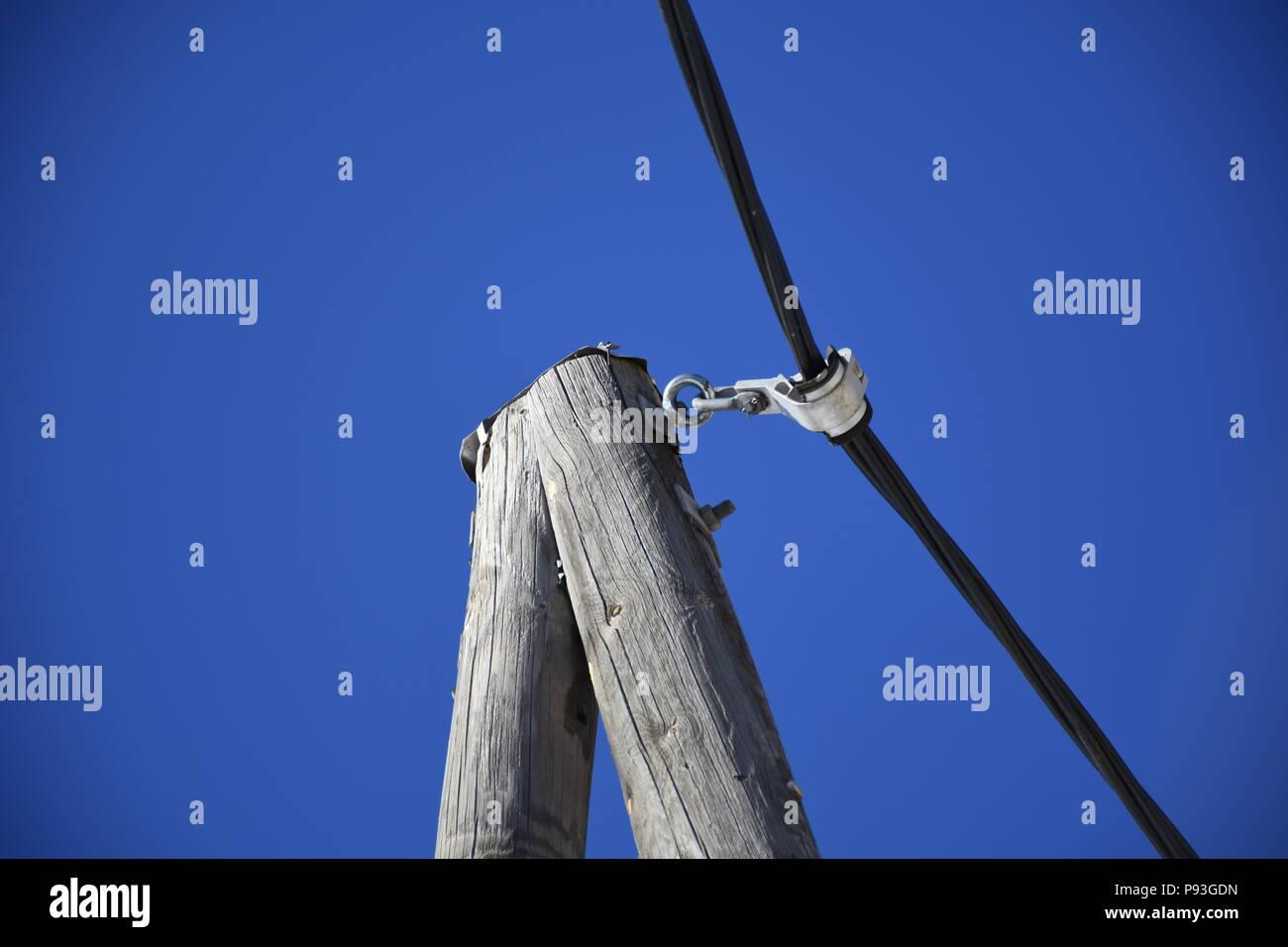 Leitung, Stromleitung, Mast, A-Mast, Holzmast, Holz, A, Isolator, isoliert, Kabel, Strom, Stromleitung, Telefon, Telefonleitung, Gailtal, Tal, Kärnten Stock Photo