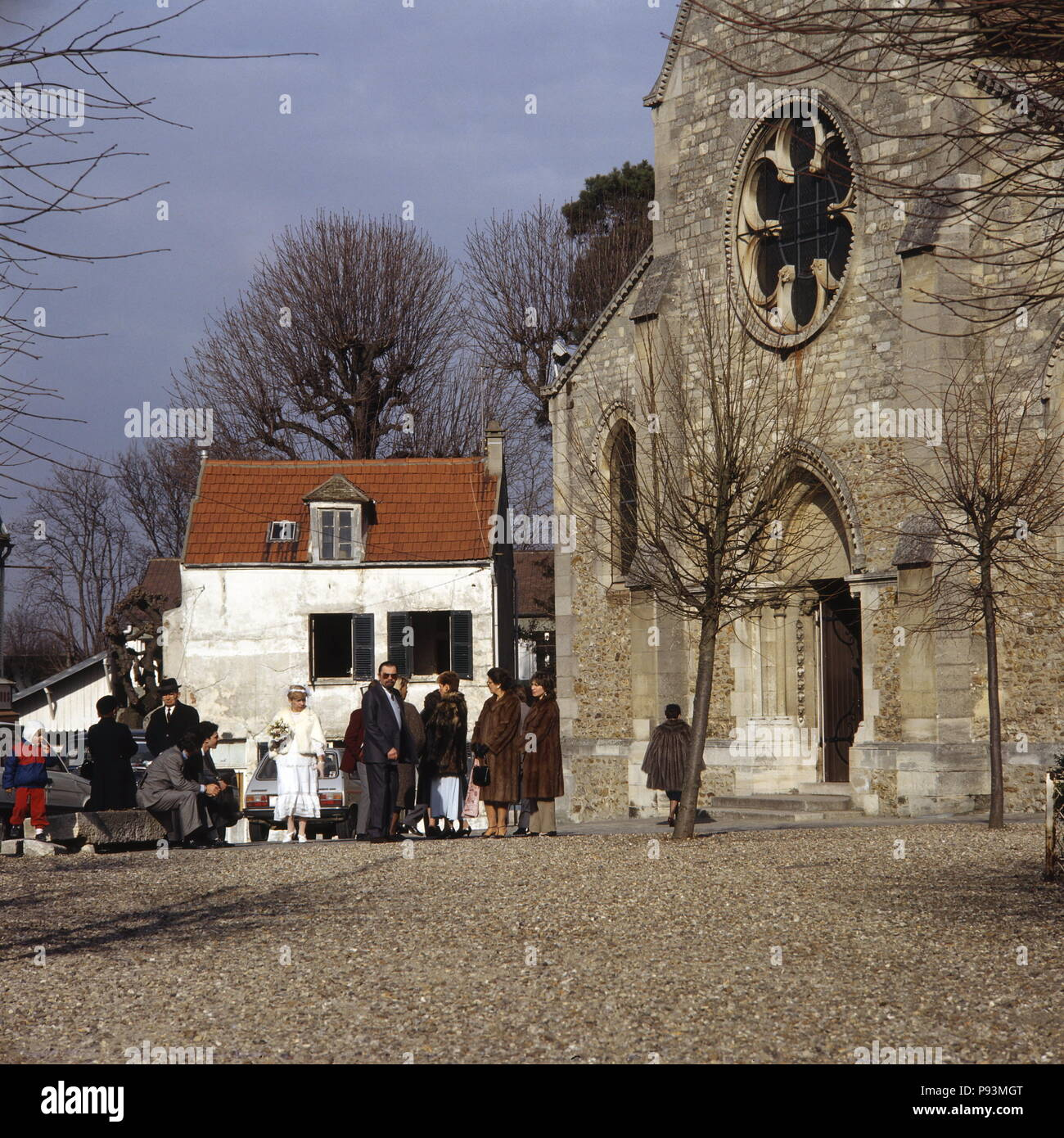 AJAXNETPHOTO.  LOUVECIENNES, FRANCE. - WEDDING PARTY - GATHERED OUTSIDE THE CHURCH - EGLISE SAINT-MARTIN - IN THE VILLAGE CENTRE. OLD VILLAGE ON OUTSKIRTS OF PARIS FREQUENTED BY IMPRESSIONIST ARTISTS OF TH 19TH CENTURY. PHOTO:JONATHAN EASTLAND/AJAX REF:85_8 - Stock Image
