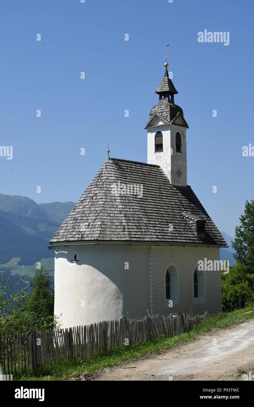 Kapelle, Kolreid, Bergbauernhof, Pustertal, Kirche, Kirchturm, Berg, Hang, Anras, Lienzer Dolomiten, Osttirol, Lienz Stock Photo