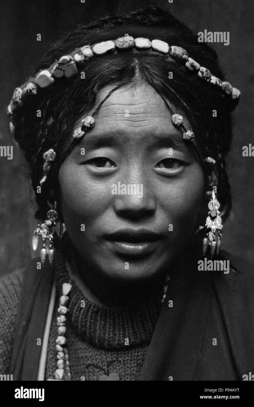 Tibetan beauty with elaborate tourquoise headdress - Barkhor,Lhasa. - Stock Image