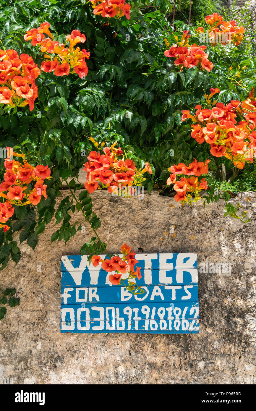 Sign advertising water for boats on the quay in the harbour at the village of Kioni on the north eastern side of the island of Ithaca, Ionian Sea, Gre - Stock Image