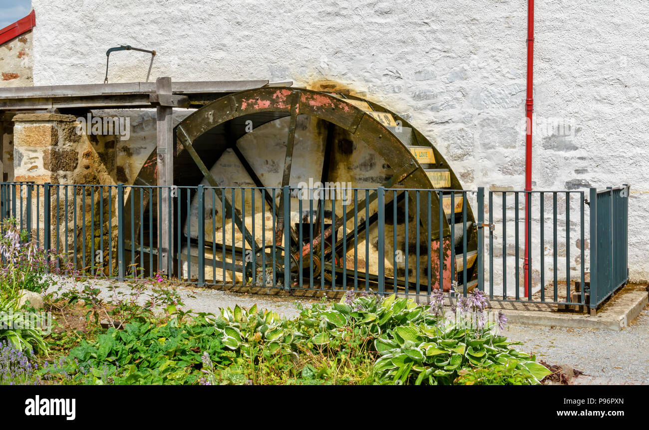 TRADITIONAL OLD WOOL MILL KNOCKANDO MORAY SCOTLAND THE RENOVATED BUILDING AND DETAIL OF THE WATER WHEEL - Stock Image