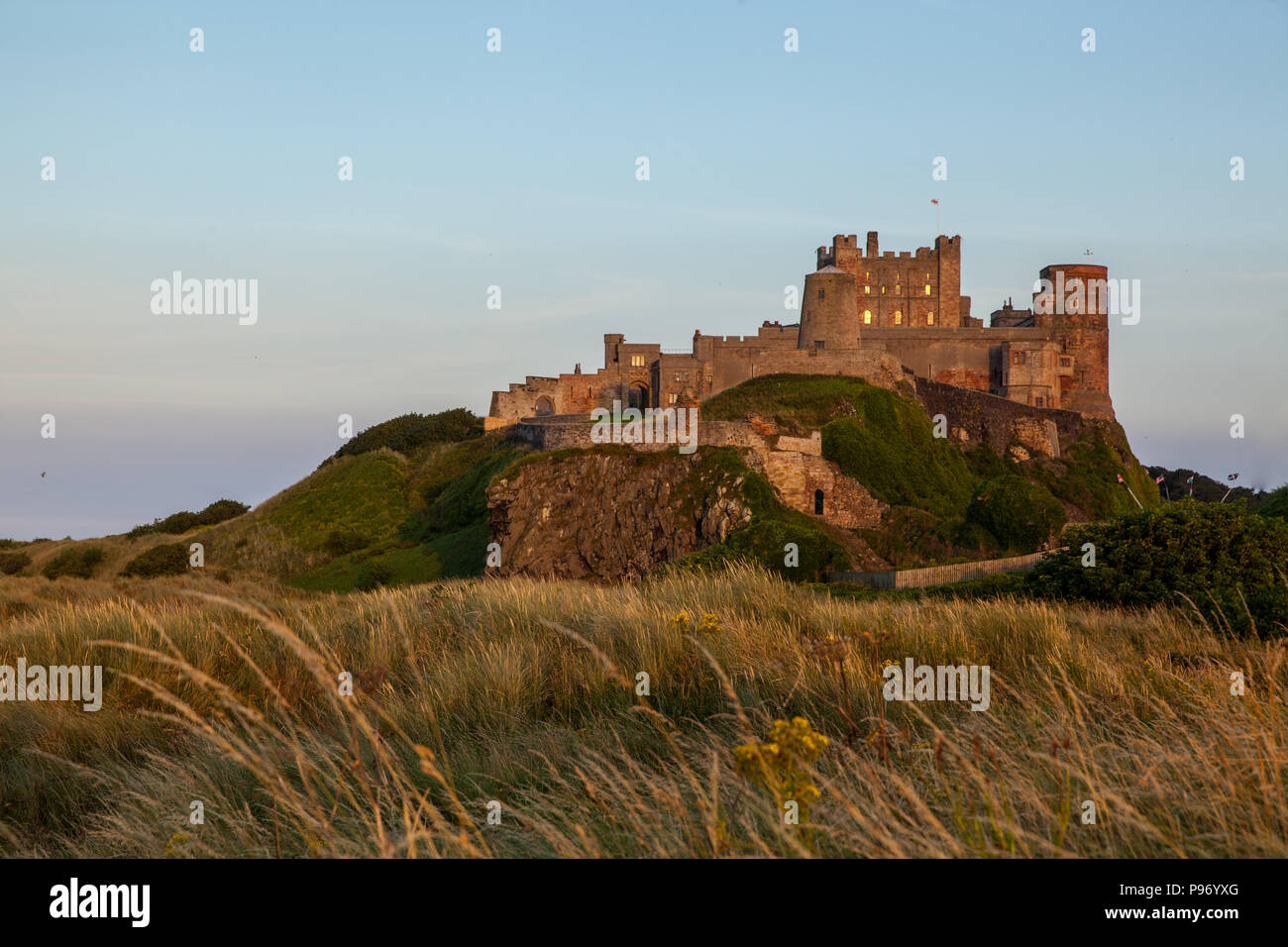 Abend am Bamburgh Castle mit Vollmond Stock Photo