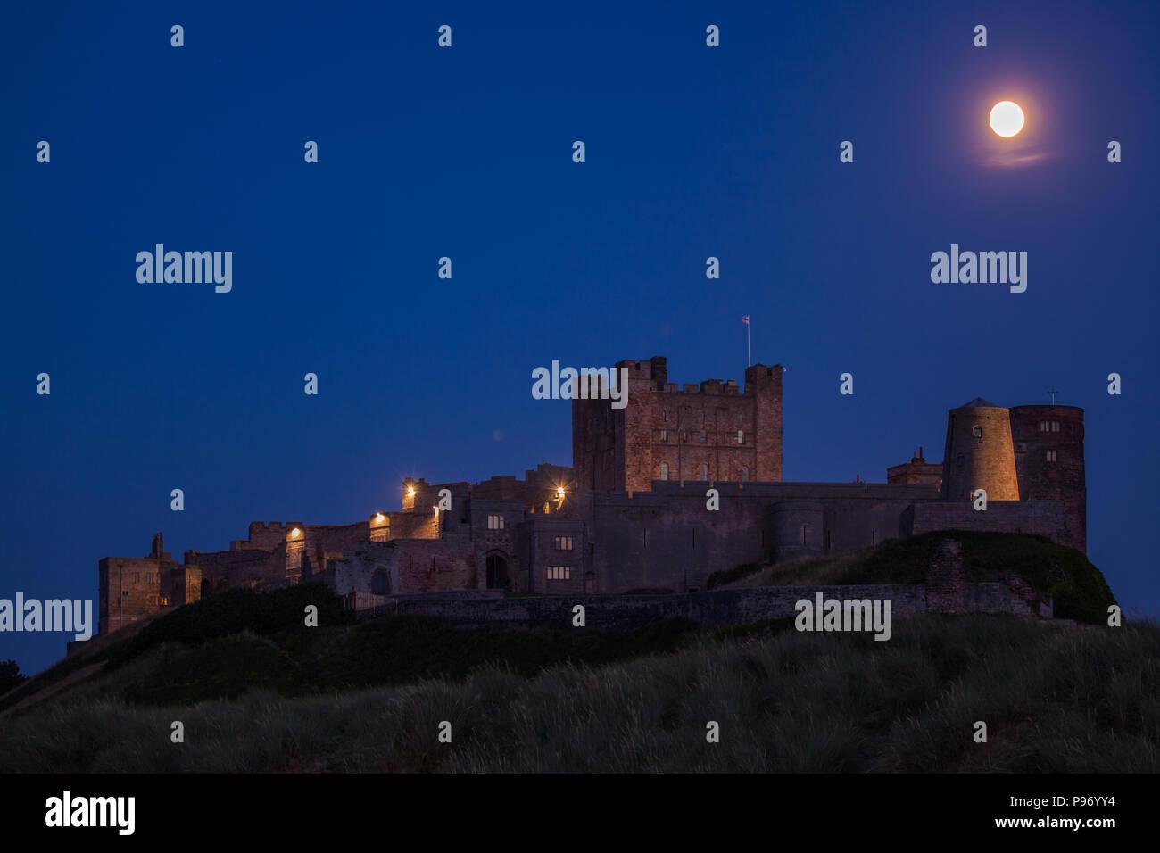 Abend am Bamburgh Castle mit Vollmond - Stock Image