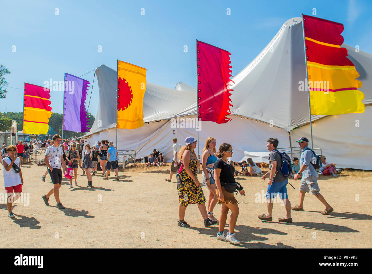 Suffolk, UK. 15th July 2018.Suffolk, UK. 15th July 2018.Suffolk, UK. 15th July 2018. Heading for the Arena in hot sun - The 2018 Latitude Festival, Henham Park. Suffolk 15 July 2018 Credit: Guy Bell/Alamy Live News Credit: Guy Bell/Alamy Live News Credit: Guy Bell/Alamy Live News - Stock Image