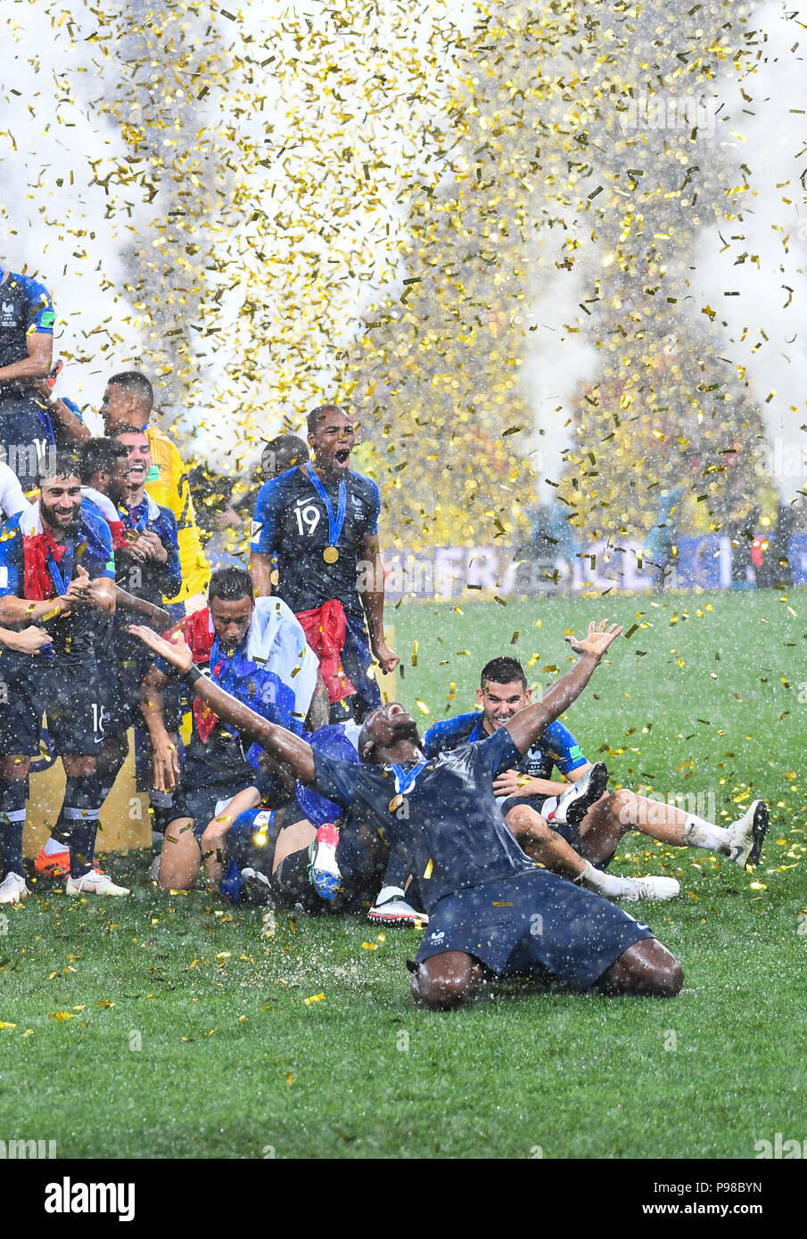 Moscow, Russland. 15th July, 2018. Winning ceremony: Handover of the World Cup trophy: Paul Pogba (France) in front. GES/Football/World Championship 2018 Russia, Final: France- Croatia, 15.07.2018 GES/Soccer/Football, World Cup 2018 Russia, Final: France vs. Croatia, Moscow, July 15, 2018 | usage worldwide Credit: dpa/Alamy Live News - Stock Image