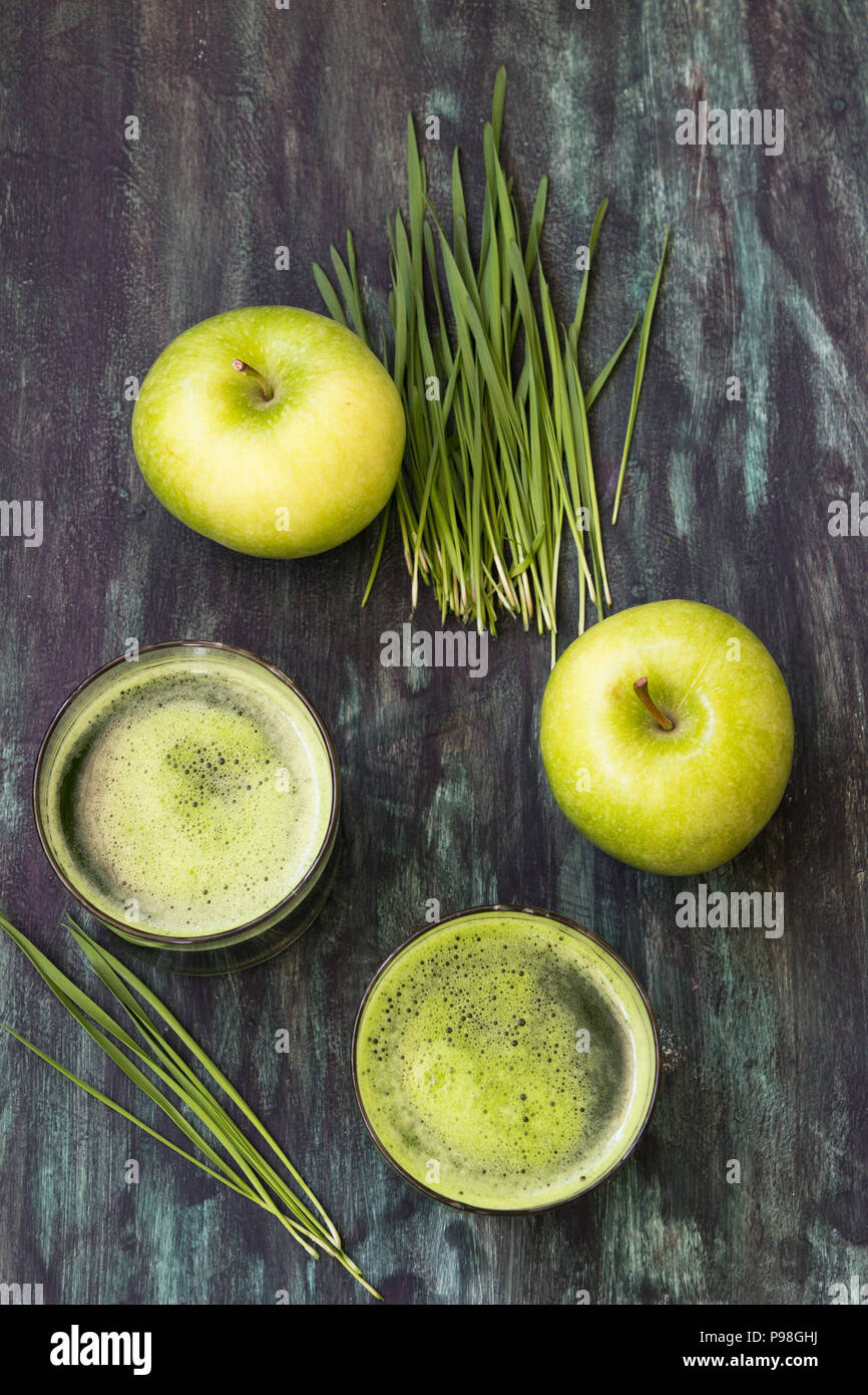 Green juice with wheatgrass and apple - Stock Image