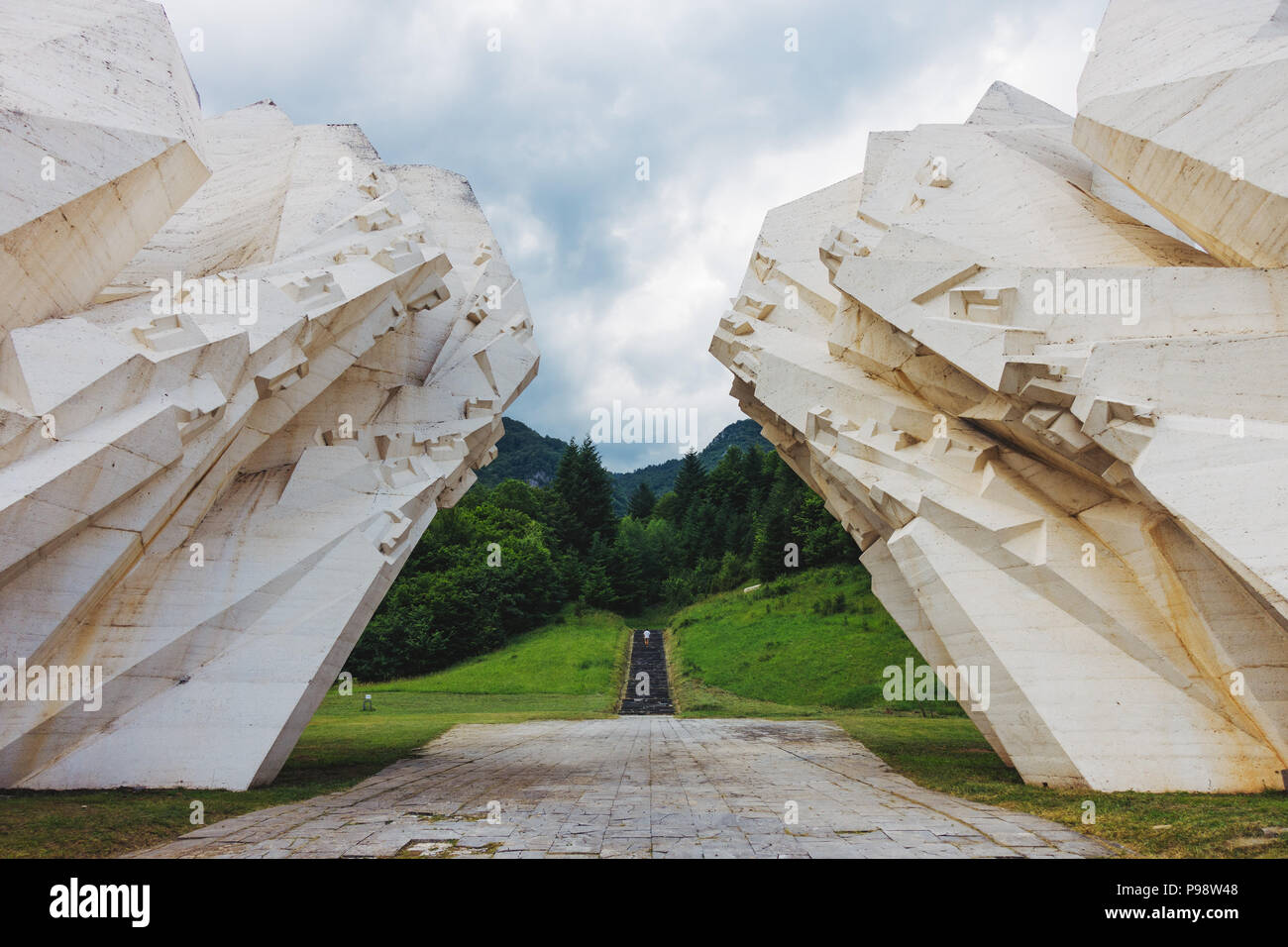 a gigantic, obscure white concrete spomenik (Yugoslav war memorial monument) sits in the Sutjeska National Park, Bosnia and Herzegovina - Stock Image