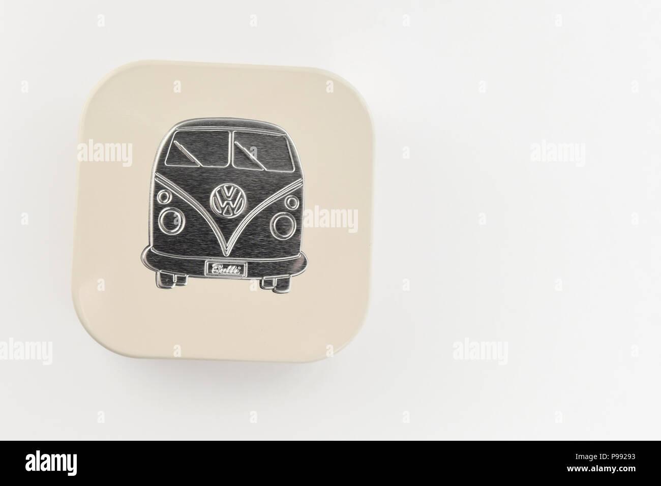 vw bulli split screen campervan on metal tin - vw merchandise - Stock Image