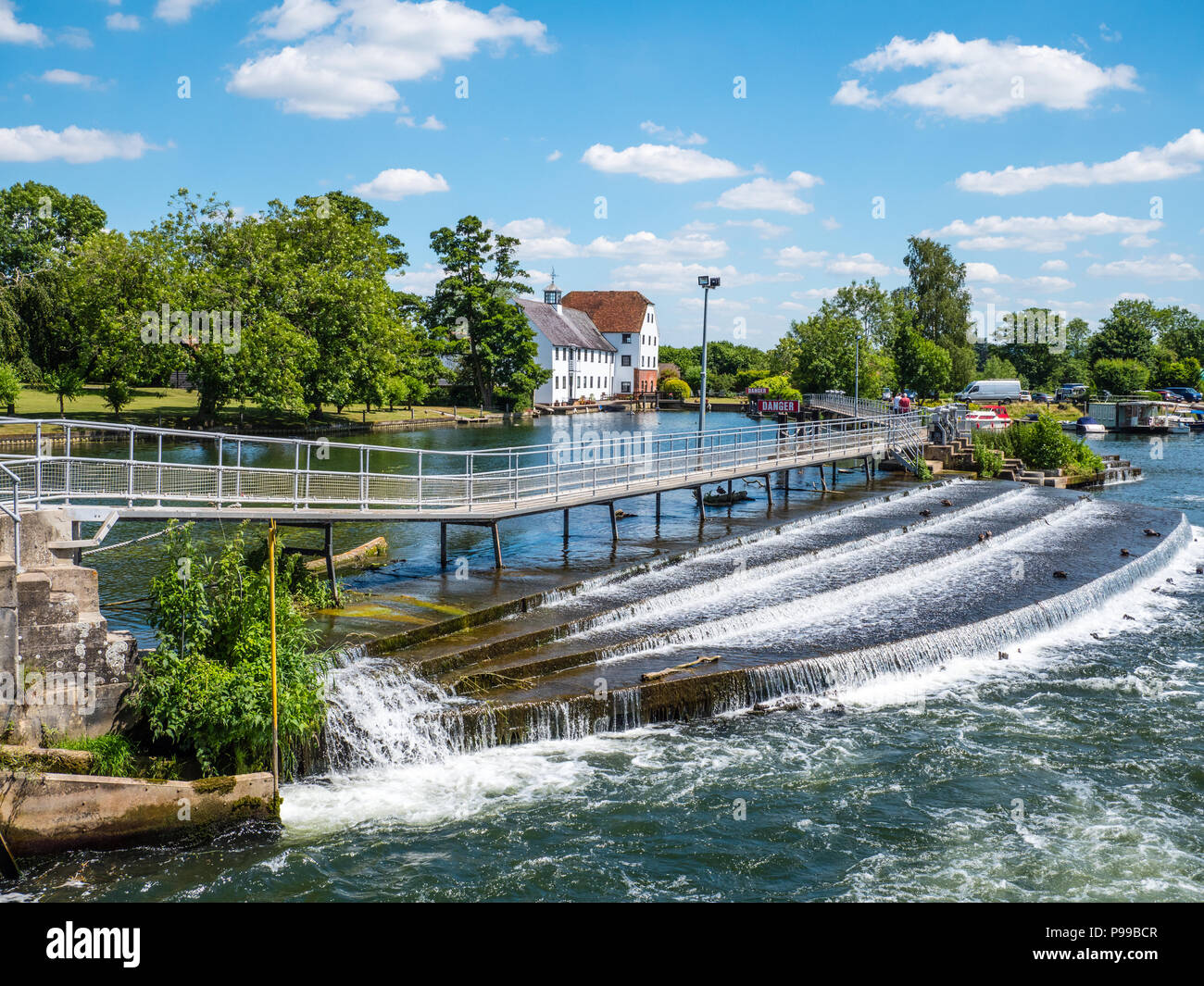 Wier, Hambleden Lock and Weir, River Thames, Berkshire, England, UK, GB. - Stock Image