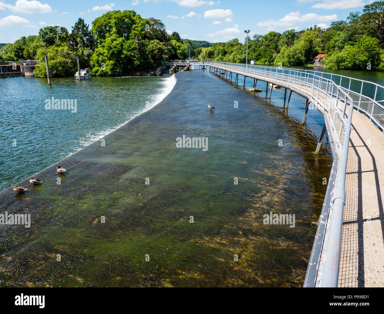 Walkway, Hambleden Lock and Weir, River Thames, Berkshire, England, UK, GB. - Stock Image