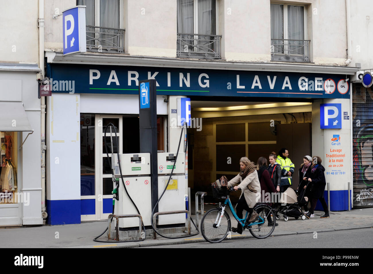 Small stations stock photos small stations stock images for Garage automobile paris 13
