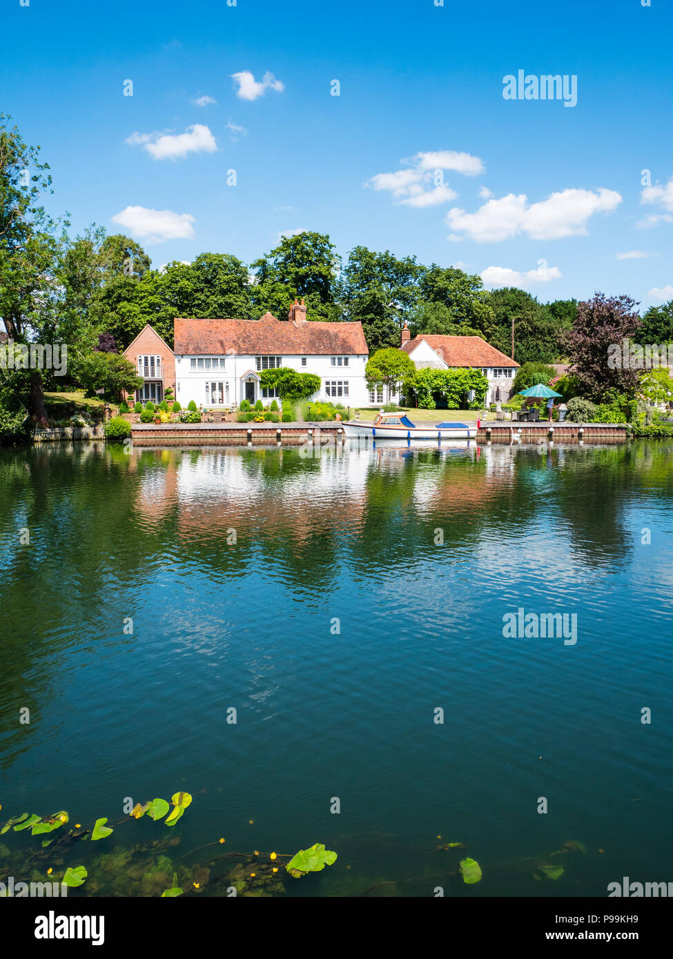 House with Boat, Hambleden Lock and Weir, River Thames, Berkshire, England, UK, GB. - Stock Image
