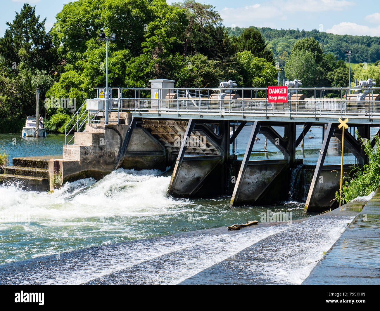 Flood Control, Hambleden Lock and Weir, River Thames, Berkshire, England, UK, GB. - Stock Image