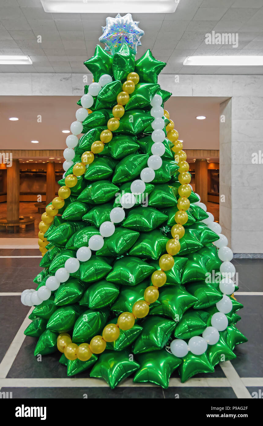 Christmas Tree Balloon.Creative Christmas Tree Made Of Inflatable Balloons Of Green