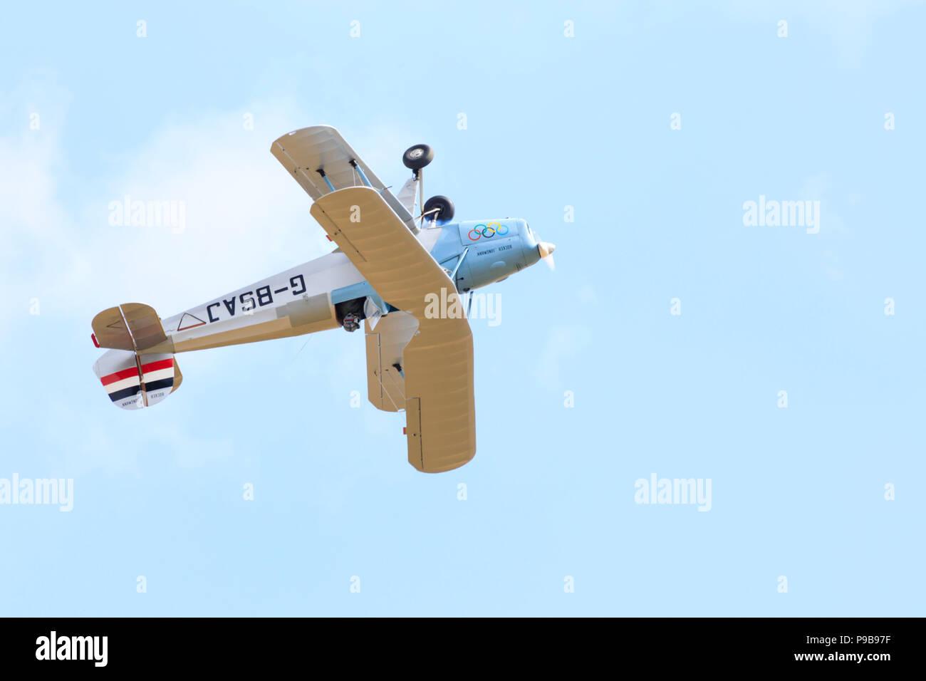 German Bucker Jungmann bi-plane trainer flying inverted. G-BSAJ - Stock Image