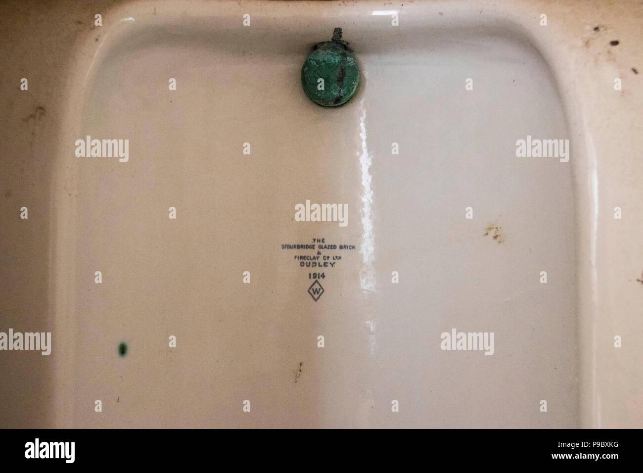 Antique Urinal Stock Photos & Antique Urinal Stock Images - Alamy