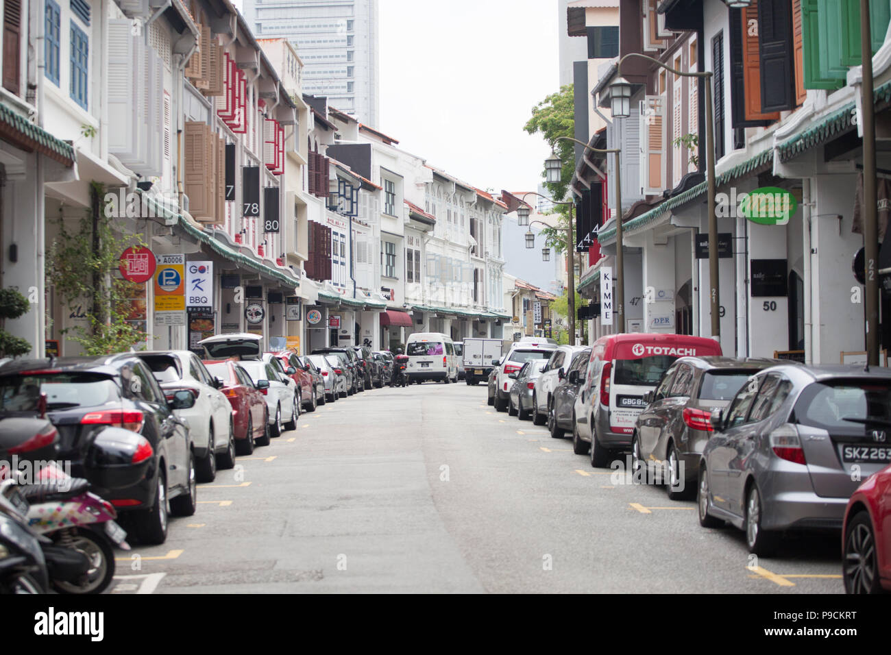 Quiet street with shophouses on each side. Singapore - Stock Image