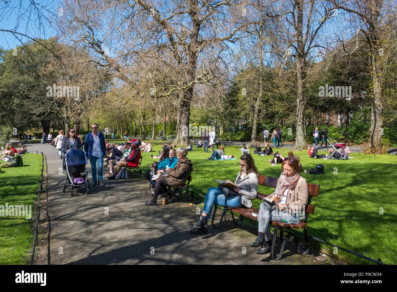 People relaxing and walking in St Stephen's Green urban park, Dublin, Ireland, Europe - Stock Image