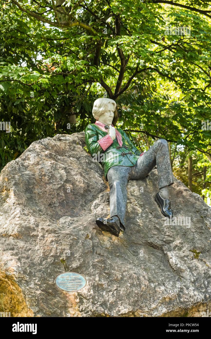 Oscar Wilde memorial sculpture statue in Dublin, Ireland, Europe - Stock Image