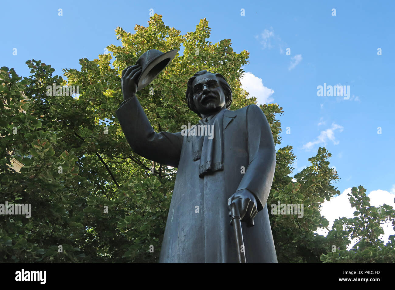 Memorial statue of Solomon Naumovich Rabinovich, better known under his pen name Sholem Aleichem who was a Jewish leading Yiddish author and playwright erected in front of a museum bearing his name in Kiev capital of Ukraine before immigrating to Israel - Stock Image