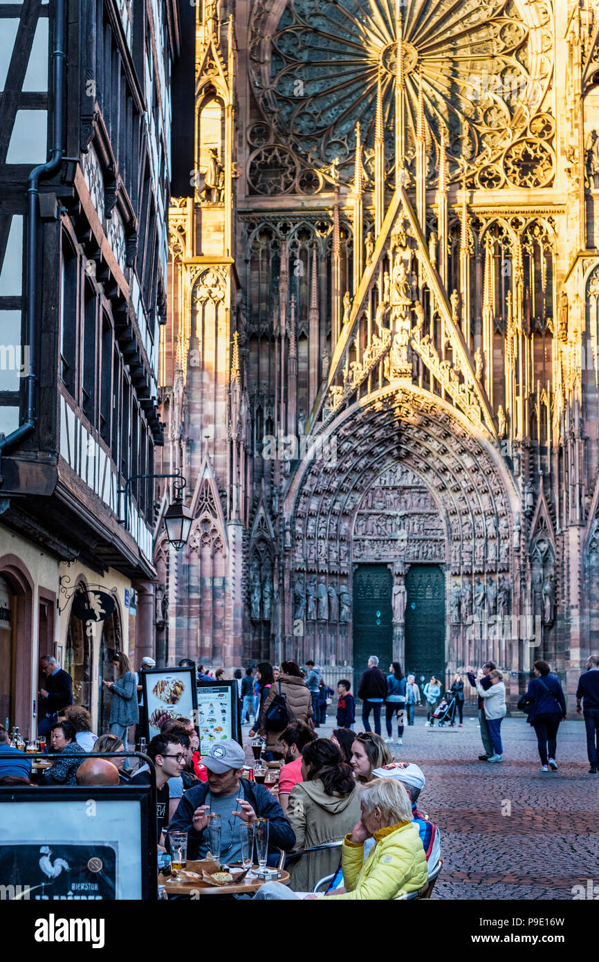 Strasbourg, café terrace, rue Mercière street, Notre-Dame gothic cathedral 14th century, Alsace, France, Europe, - Stock Image
