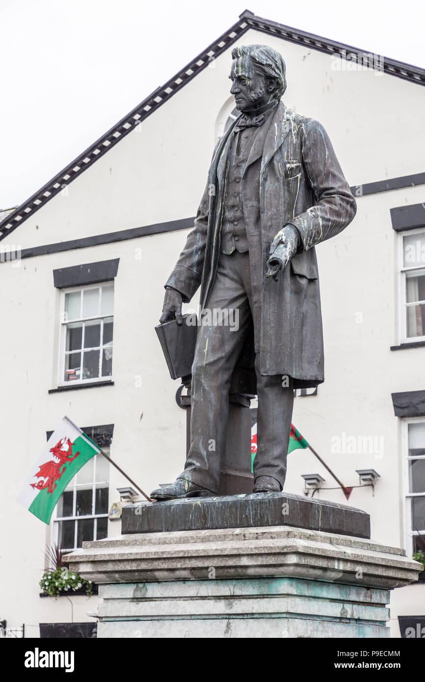 Statue of Sir Hugh Owen 1804-81, philanthropist, Caernarvon, Gwynedd, Wales, UK, covered in bird droppings - Stock Image