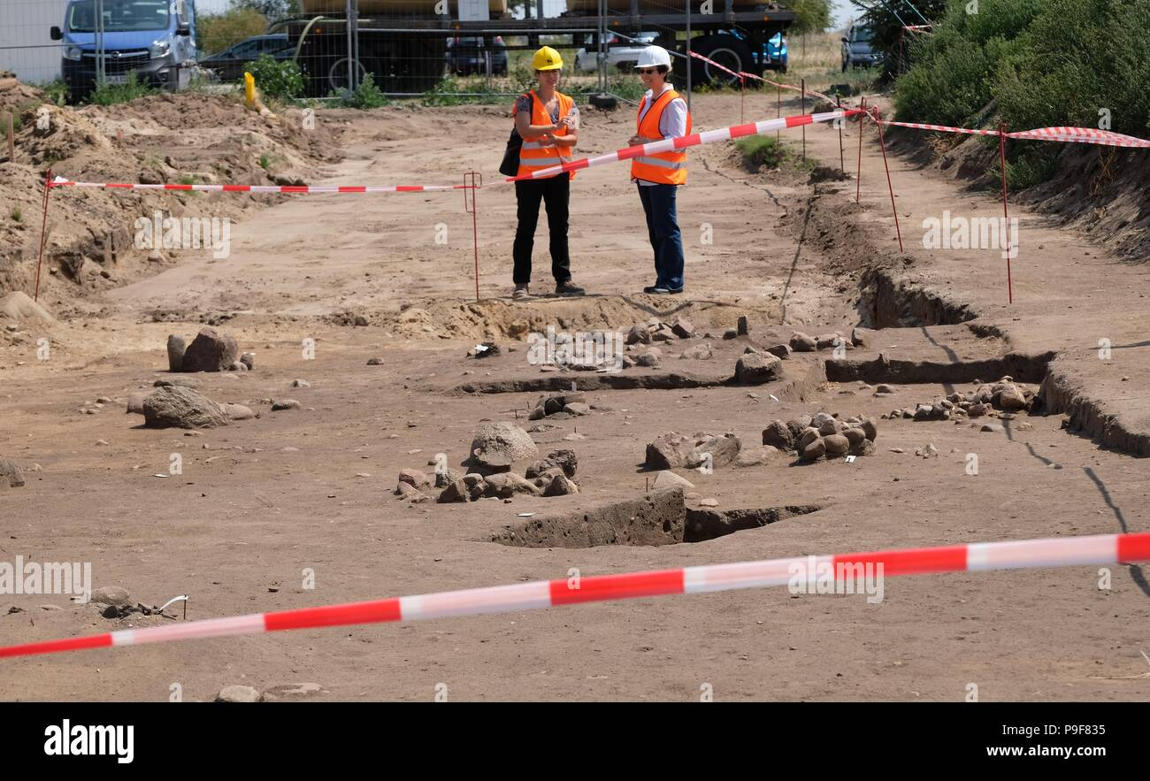 18 July 2018, Zerbst, Germany: Scientists stand next to an urn burial field from the older Iron Age in the district Leps. During construction works on gas piping graves from 750 B.C. were found, which are now under the inspection of the state office for the preservation of historical monuments Saxony-Anhalt. Photo: Sebastian Willnow/dpa-Zentralbild/dpa Stock Photo