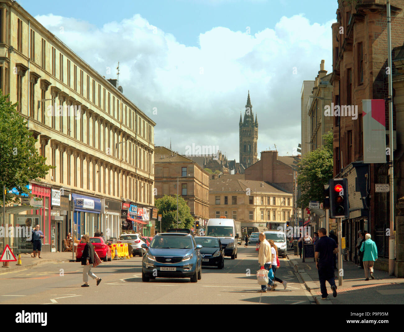 Glasgow, Scotland, UK 18th July. UK Weather:Sunny weather brings out locals and tourists in the city.s Dumbarton Rd Partick in the west end to enjoy the warm weather of the middle of summer. Gerard Ferry/Alamy news - Stock Image