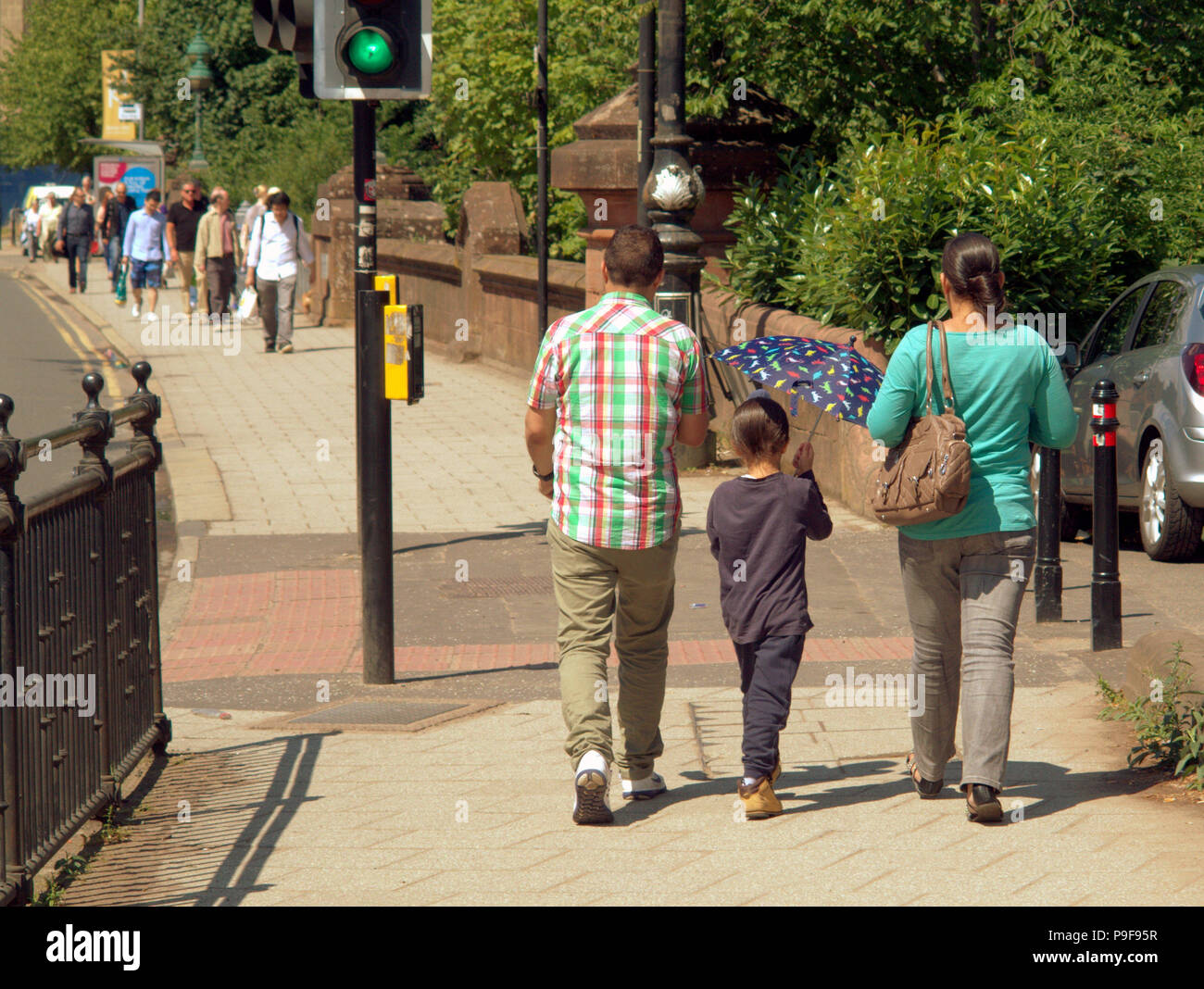 Glasgow, Scotland, UK 18th July. UK Weather:Sunny weather brings out locals and tourists in the city.s Partick in the west end to enjoy the warm weather of the middle of summer. Gerard Ferry/Alamy news - Stock Image