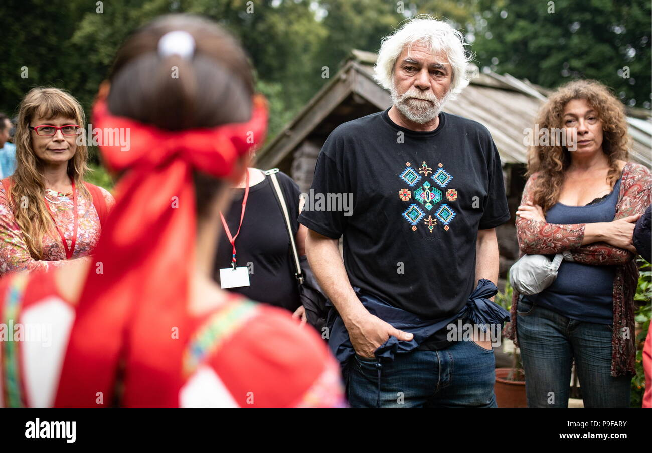 Russia. 18th July, 2018. TULA REGION, RUSSIA - JULY 18, 2018: Film director Maxim Mardukhayev (C), a French-based great-great-grandson of Russian writer Leo Tolstoy, with wife Natalya Fialkovskaya (R) at the Yasnaya Polyana museum-estate in the Tula Region, where his descendants and relatives gather from all over the world ahead of his 190th birthday. Sergei Bobylev/TASS Credit: ITAR-TASS News Agency/Alamy Live NewsStock Photo