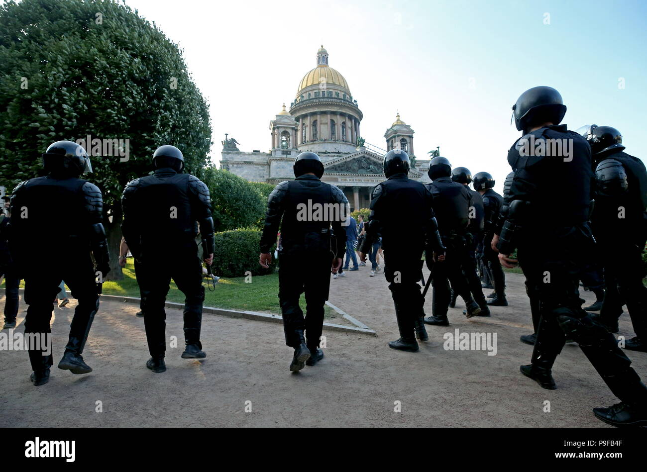 St Petersburg, Russia. 18th July, 2018. ST PETERSBURG, RUSSIA - JULY 18, 2018: Policemen outside St Isaac's Cathedral during an unauthorized St Petersburg rally against a Russian government proposal to raise the retirement age from 60 to 65 for men, and from 55 to 63 for women within the next two decades. Peter Kovalev/TASS Credit: ITAR-TASS News Agency/Alamy Live News - Stock Image