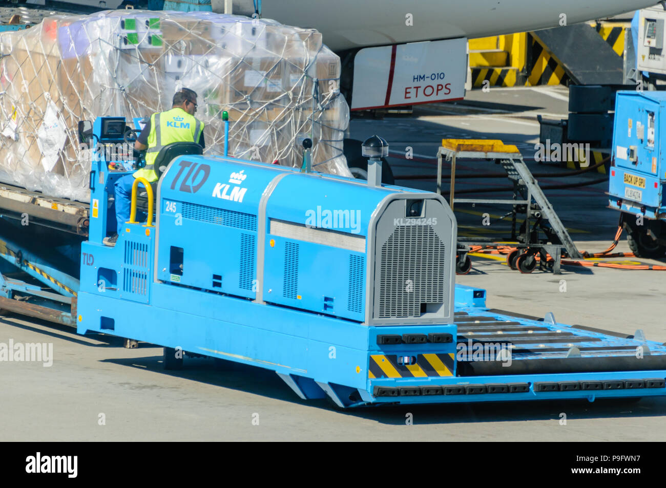KLM ground crew load freight into the hold of a KLM Boeing 787-9 Stock Photo