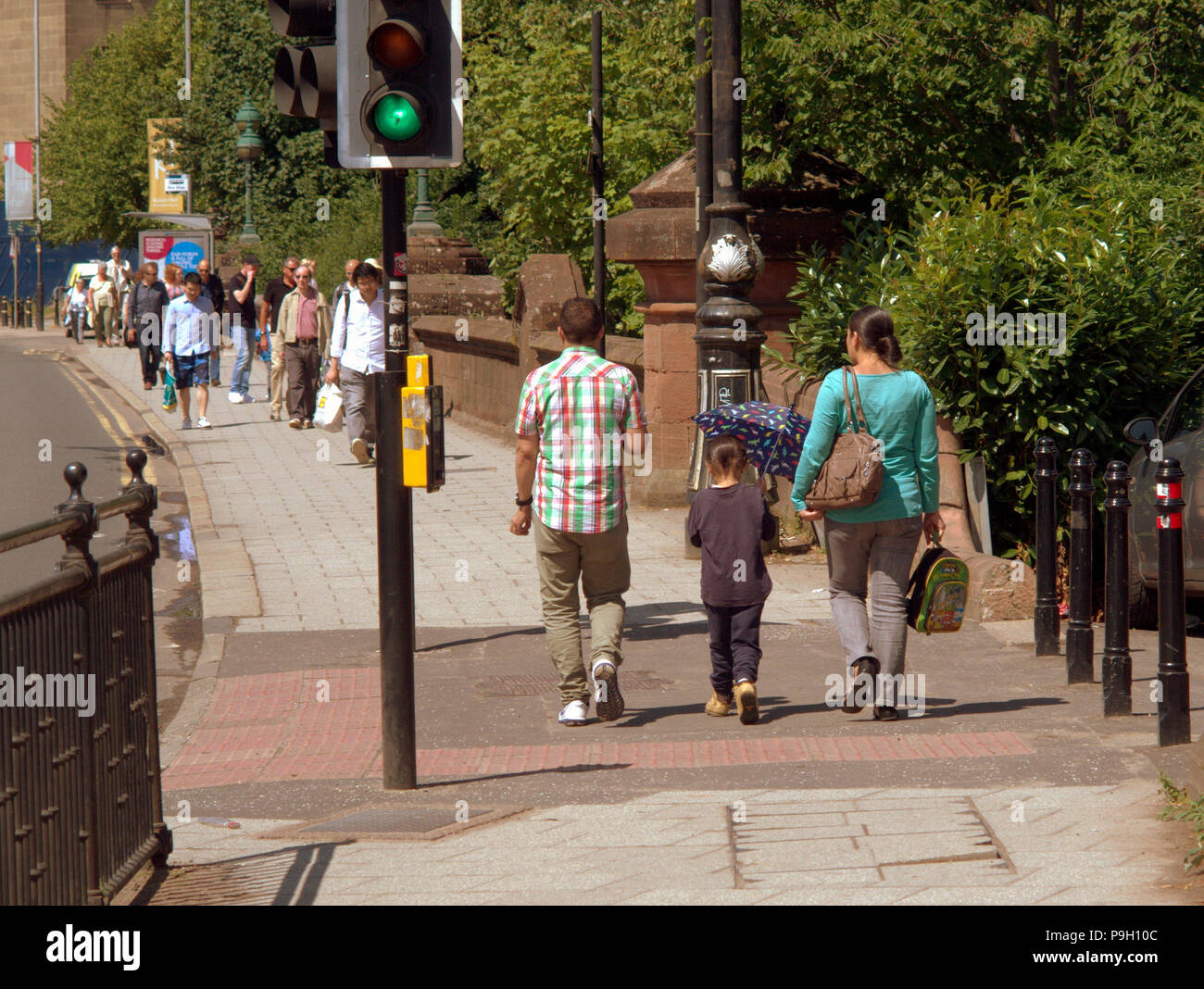 Glasgow, Scotland, UK 18th July. UK Weather:Sunny weather brings out locals and tourists in the city.s Partick in the west end to enjoy the warm weath - Stock Image