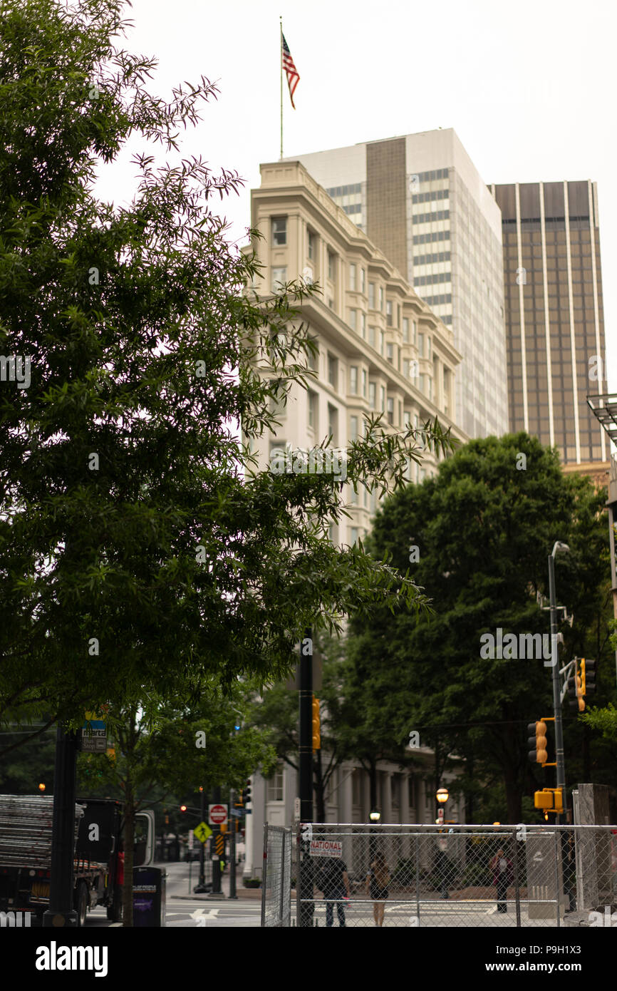 Building sits behind trees in Downtown Atlanta - Stock Image