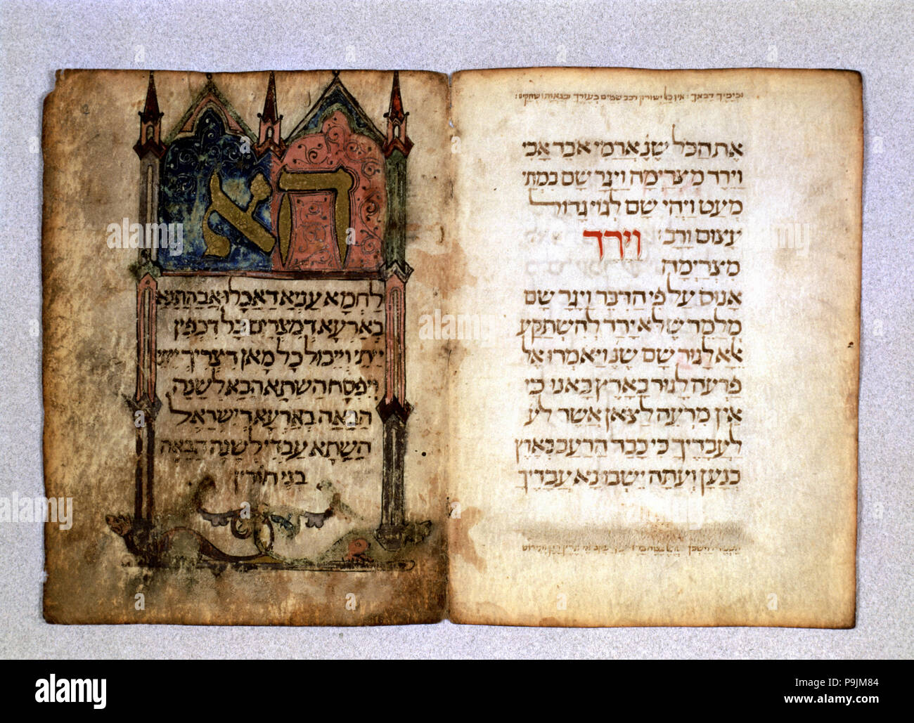 Haggadah of Poblet, illuminated manuscript of the Haggadah of Pesah that is part of the Talmud, codex banned by the Inquisition. Fol. 2: architectural - Stock Image