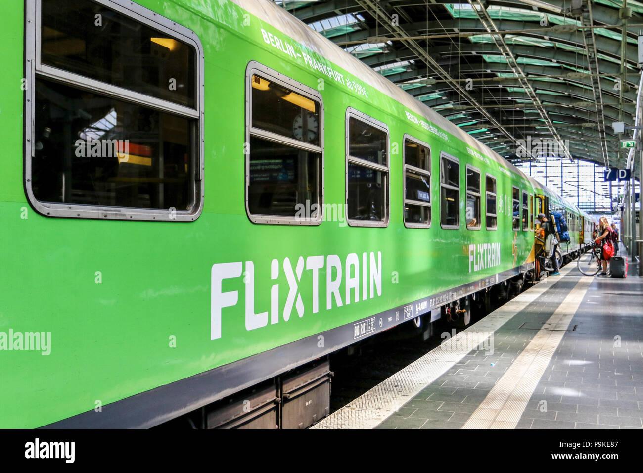 Flixtrain von Berlin nach Stuttgart am 13. Juli 2018 bei einem Zwischenhalt im Berliner Ostbahnhof. - Stock Image