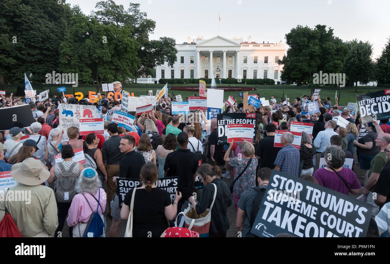 """Washington, DC, USA. 18th July, 2018. Early evening demonstrators in front of the White House protesting President Donald Trump's """"treasonous"""" relationship with Russian President Vladimir Putin, as became obvious during Trump's recent trip to Europe and Russia.  Bob Korn/Alamy Live News - Stock Image"""