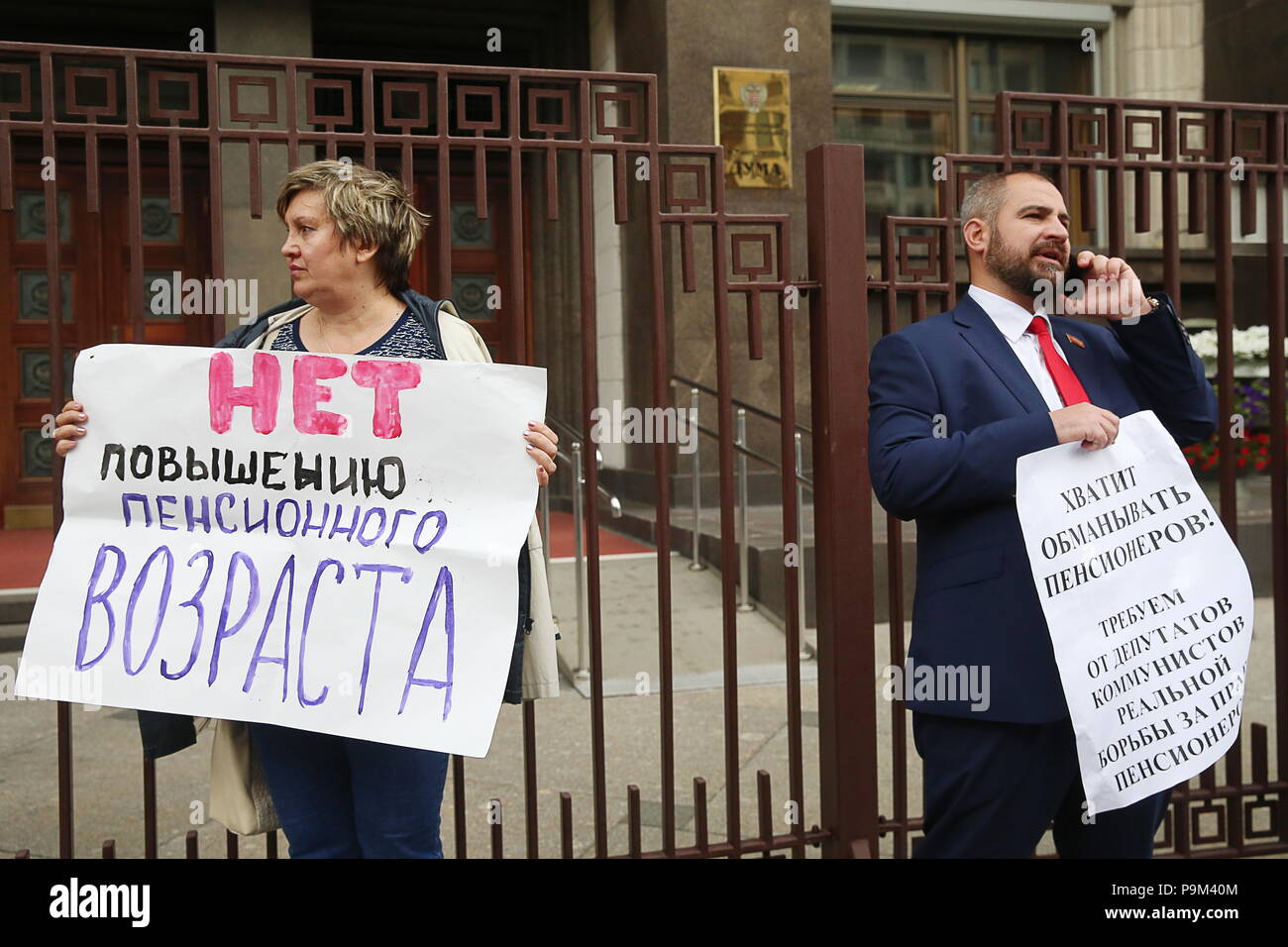 Moscow, Russia. 19th July, 2018. MOSCOW, RUSSIA - JULY 19, 2018: People hold posters outside the building of the Russian State Duma ahead of the first reading of a draft law on raising the retirement age from 60 to 65 for men, and from 55 to 63 for women over a 15-year period. Vladimir Gerdo/TASS Credit: ITAR-TASS News Agency/Alamy Live News - Stock Image
