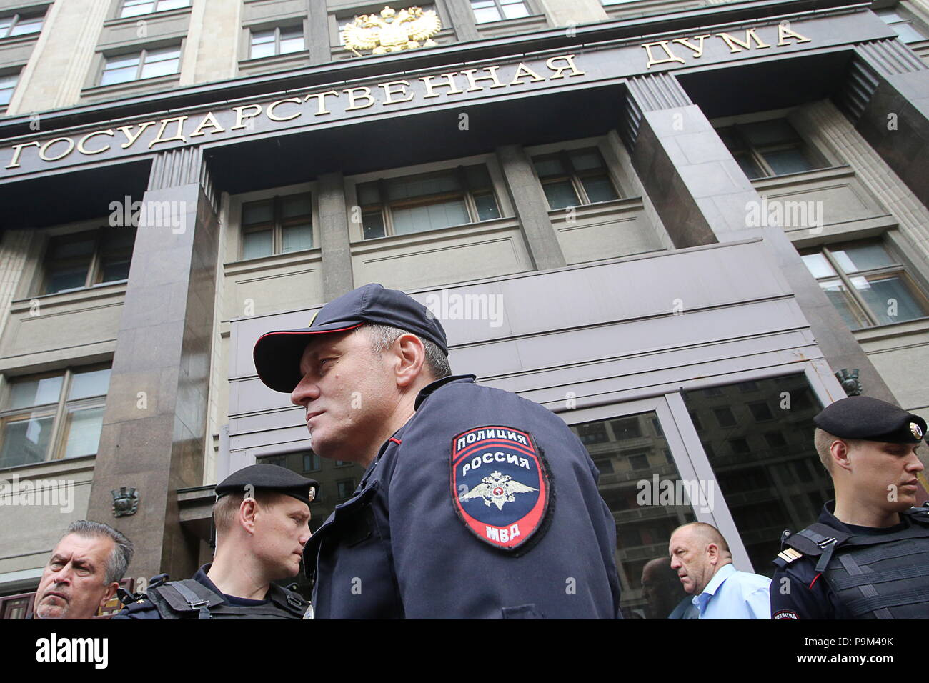 Moscow, Russia. 19th July, 2018. MOSCOW, RUSSIA - JULY 19, 2018: Police officers seen during a rally outside the building of the Russian State Duma ahead of the first reading of a draft law on raising the retirement age from 60 to 65 for men, and from 55 to 63 for women over a 15-year period. Vladimir Gerdo/TASS Credit: ITAR-TASS News Agency/Alamy Live News - Stock Image