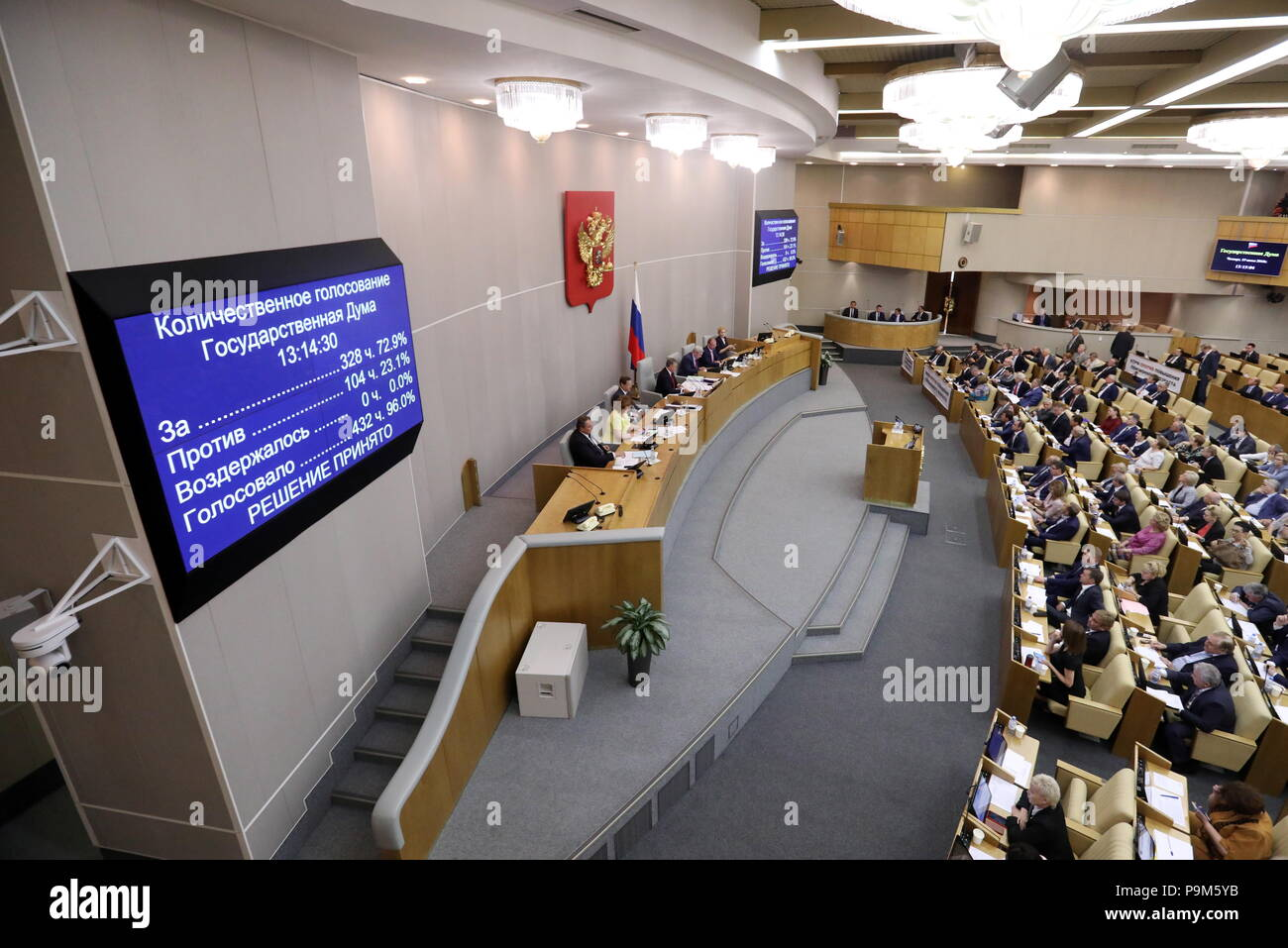 Moscow, Russia. 19th July, 2018. MOSCOW, RUSSIA - JULY 19, 2018: Members vote during a plenary session of the Russian State Duma holding the first reading of a draft law to raise the retirement age from 60 to 65 for men, and from 55 to 63 for women over a 15-year period. Anton Novoderezhkin/TASS Credit: ITAR-TASS News Agency/Alamy Live News - Stock Image
