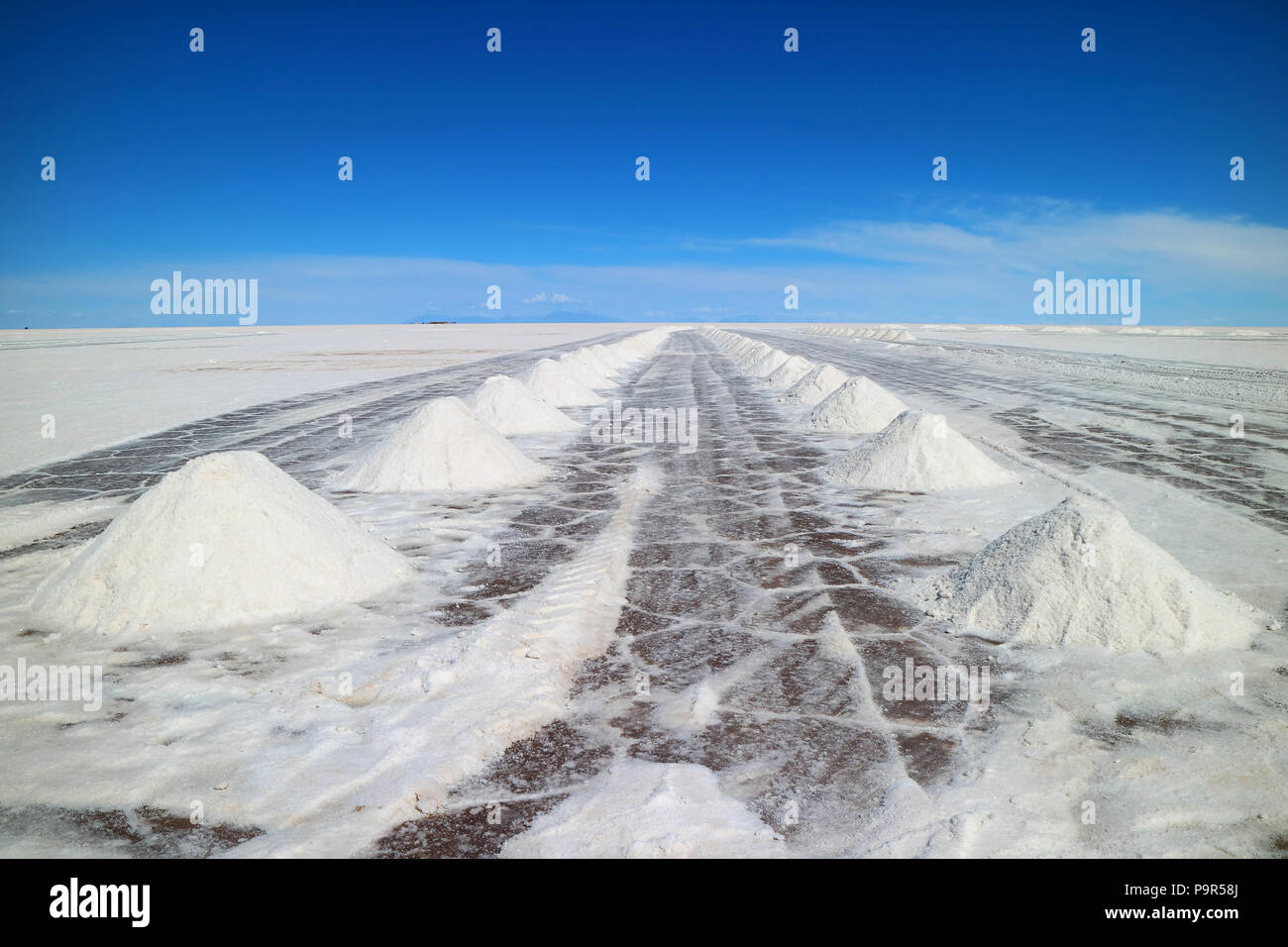 Perspective view of drying salt piles on Uyuni salt flats or Salar de Uyuni in Potosi, Bolivia, South America - Stock Image
